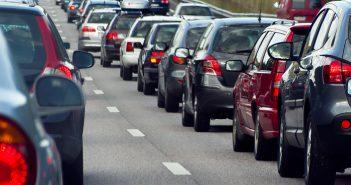 El Parlament debat sobre la limitació de vehicles a les Balears arran del cas de Formentera
