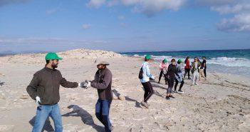 Més de 30 voluntaris participen en la jornada de retirada de munts de pedres